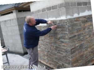 Облицювання стін декоративною плиткою під камінь
