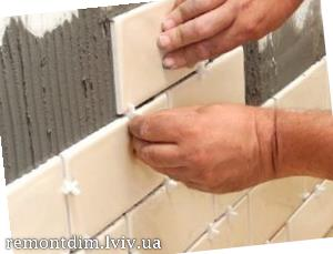 Встановлення керамічної плитки на фартух